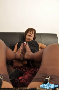 Tgrl Julie gets foot wanked